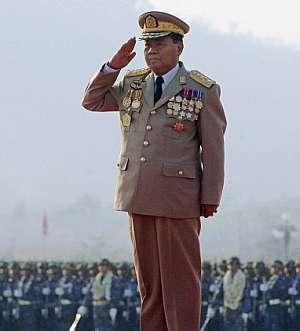 El general Than Shwe se cuadra ante sus tropas en marzo de 2006. (Foto: AFP)