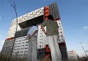 Vecinos del 'Mirador' de Sanchinarro se quejan de las deficiencias del edificio. (Foto: B.-Rivas)