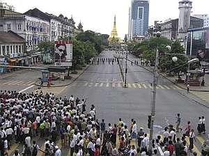 Cientos de birmanos protestan contra el despliegue militar en la pagoda de Shwedagon. (Foto: AP)