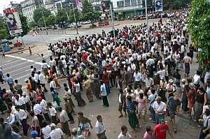 Cientos de birmanos protestan por la represión militar. (Foto: AFP)