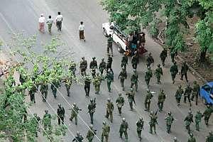 Soldados birmanos marchan por una calle de Rangún. (Foto: AFP)