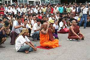 Sentada pacífica frente a la pagoda de Sule. (Foto: REUTERS)