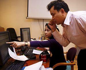 El subdirector de la 'Voz Democrática de Birmania', Khin Maung Win (d) conversa con una de las periodistas. (Foto: EFE)