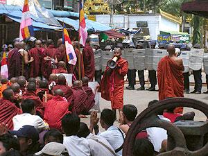 Manifestación de monjes budistas frente a una barrera policial. (Foto: REUTERS)