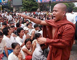 Un monje budista se dirige a los manifestantes. (Foto: EFE)