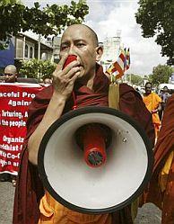 Un monje, megáfono en mano, a la cabeza de una manifestación. (Foto: AFP)