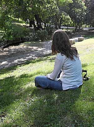Una joven, ayer, en la zona del Parque del Oeste donde se produjeron las violaciones a jóvenes. (Foto: Carlos Miralles)