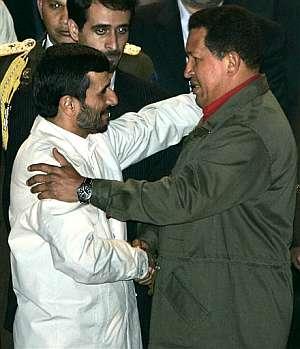 Ahmadineyad y Chávez se saluda en la recepción oficial en Caracas. (Foto: AP)