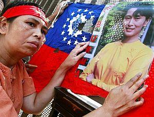 Un grupo de emigrantes birmanos se manifiesta en la embajada de su país en Tokio con fotos de Aung San Suu Kyi, la líder encarcelada del movimiento democrático. (Foto: AP)