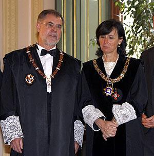 La presidenta del TC, María Emilia Casas, junto al ministro de Justicia, Mariano Fernández Bermejo. (Foto: EFE)