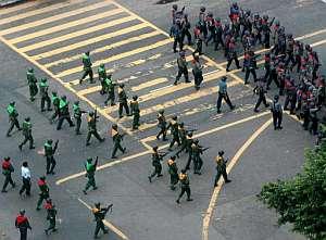 Policías y soldados birmanos en las calles de Rangún. (Foto: EFE)