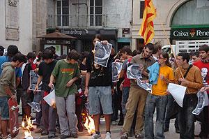 Quema del fotos del Rey en Lleida. (Foto: Martha Minguell)