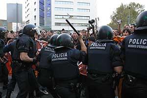 Los Mossos cargan contra los manifestantes en Barcelona. (Foto: Christian Maury)
