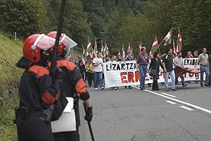 Dos 'ertzainas' vigilan el paso de la manifestación. (Foto: Mitxi)