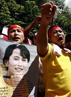 Un manifestante exhibiendo una fotografía de Aung san Suu Kyi. (Foto: EFE)