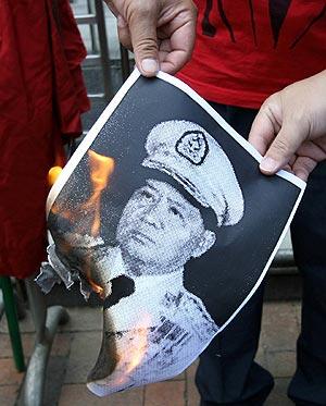Manifestantes queman en Bangkok una imagen del líder de la Junta Militar, Than Shwe. (Foto: AFP)