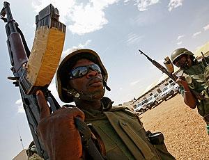 Soldados de la misión de la UA hacen guardia en la ciudad de El Fasher. (Foto: AFP)