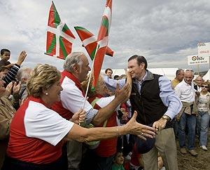 El 'lehendakari', abrazado por sus seguidores en la fiesta del PNV ('Alderdi Eguna'). (Foto: Pablo Viñas)