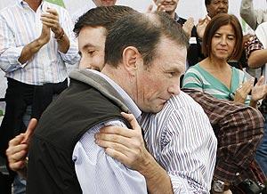 Abrazo entre Ibarretxe y Josu Jon Imaz. (Foto: AFP)