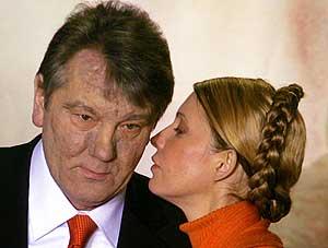 Viktor Yushchenko escucha a su aliada Yulia Timoshenko. (Foto: AP)