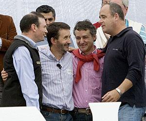 Iñigo Urkullu (de rojo), con Ibarretxe, Imaz y Egibar en el Alderdi Eguna. (Foto: EFE)