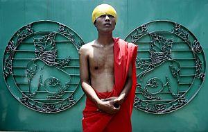 Un monje birmano durante una manifestación. (Foto: EFE)