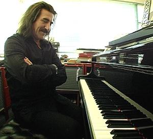 Luis Cobos junto a su piano.
