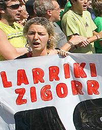 Oihana Agirre, a la cabeza de la marcha del día 9. (Foto: EFE)