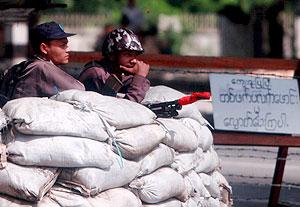 Soldados birmanos hacen guardia en un puesto de control. (Foto: EFE)