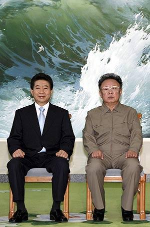 El presidente surcoreano, junto al dictador norcoreano en su primera reunión. (Foto: EFE)