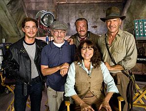 Spielberg, rodeado por parte del equipo de rodaje. (Foto: indianajones.com)