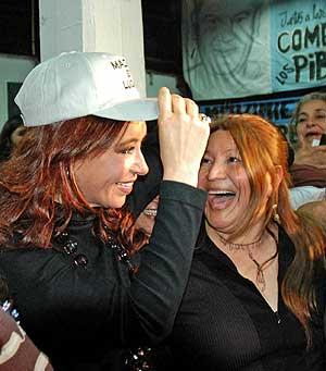 Cristina Kirchner (con gorra) junto a una entusiasta seguidora. (Foto: AFP)