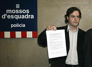 """Uriel Beltrán muestra el escrito en el que se inculpa de haber """"participado en actos de rechazo a la monarquía española"""". (Foto: EFE)"""