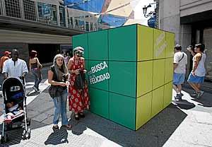 Un cubo de Rubik gigante instalado en una calle de Madrid (Foto: Carlos Miralles)
