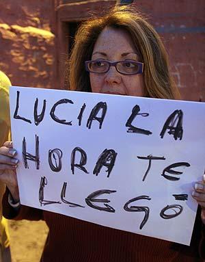 Una militante del Partido Comunista se manifiesta ante la prisión de Santiago. (Foto: AFP)