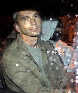 Joseba Permach, en un coche policial tras su detención. (Foto: AP)