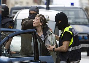 Maite Díaz de Heredia es trasladada a dependencias policiales tras el registro de su casa en Vitoria. (Foto: EFE)