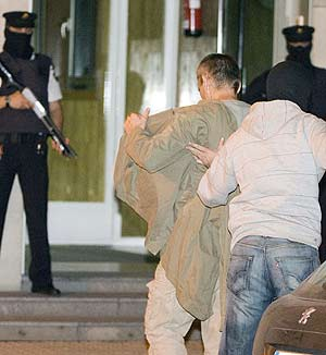 Joseba Permach, a la entrada de la comisaría de la Policía Nacional en San Sebastián. (Foto: EFE)
