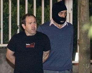 Juan Cruz Aldasoro, responsable abertzale en Navarra, llega a la comisaria de San Sebastián. (Foto: EFE)