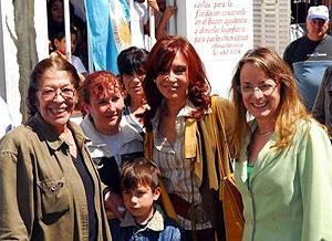"""Mónica Carranza y niños del hogar """"Los Carasucias"""" junto a Cristina y su cuñada Alicia Kirchner. (Foto: Presidencia)"""