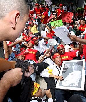 Activistas birmanos representan una escena de la represión policial en Rangún, durante una manifestación contra el gobierno de Birmania, frente a la embajada del país en Bangkok. (Foto: EFE)