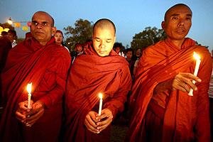 Monjes budistas sujetan velas durante una vigilia en Nueva Delhi. (Foto: EFE)