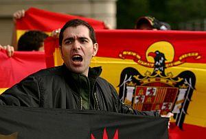 Ultraderechistas, a las puertas de la Audiencia. (Foto: AFP)