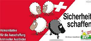 """Cartel suizo con la leyenda """"Crear seguridad"""", donde una oveja blanca da una patada y expulsa a otra negra. (Foto: EL MUNDO)"""