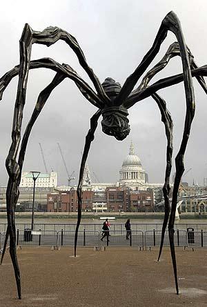 Una de las obras de Louise Bourgeois en la parte de fuera de la Tate Modern. (Foto: AP)