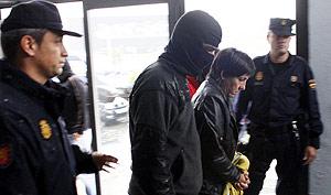 La policía, con uno de los 23 miembros de Batasuna detenidos el jueves. (Foto: REUTERS)