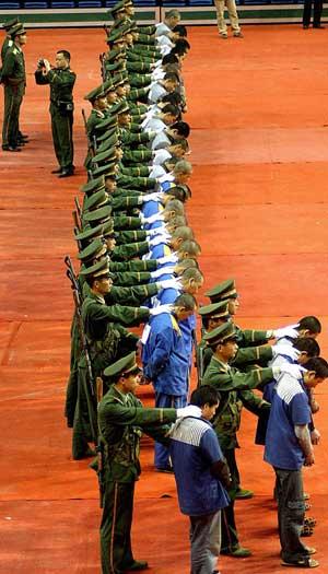 La policía china custodia varios presos, mientras escuchaban su sentencia a muerte en Wenzhou. (FOTO: AFP)
