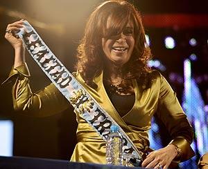 Cristina Fernández de Kirchner, con una banda con lema. (Foto: EFE)
