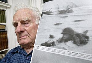 Riley muestra la fotografía que Robert Capa le hizo el 6 de junio de 1944. (Foto: Ken Lambert/'The Seattle Times')