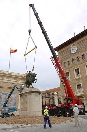 Retiran la estatua ecuestre de Franco que estaba a la entrada de la Academia General Militar de Zaragoza. (Foto: Ministerio de Defensa)